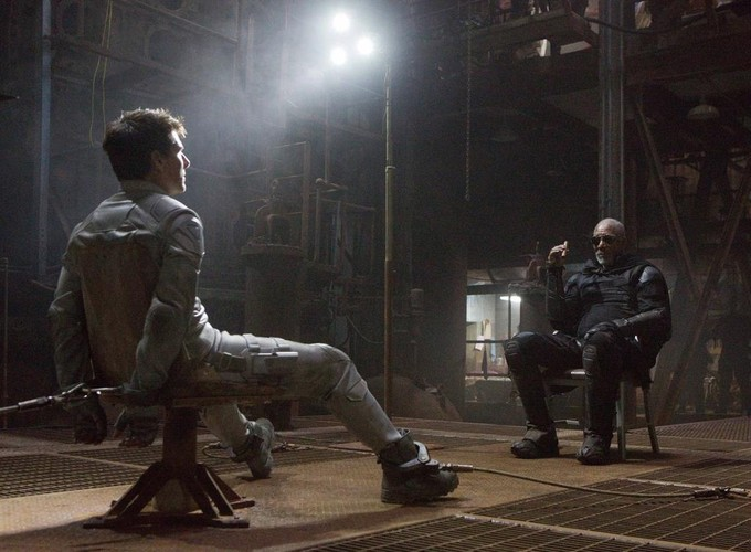 Tom Cruise &amp; Morgan Freeman in a scene from OBLIVION